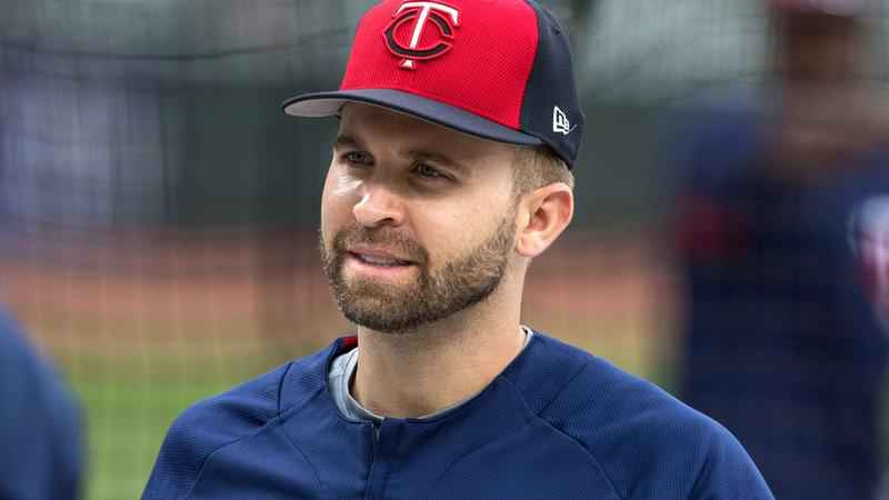 Twins ship Dozier west to Los Angeles Dodgers